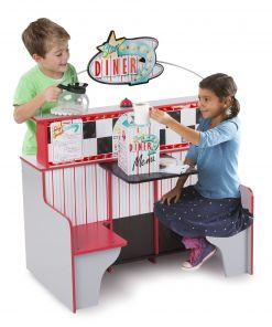 מליסה ודאג - מסעדת סטאר דינר, פינת משחק מעץ עם מטבח בצד אחד ותאי ישיבה לשניים מצד שני