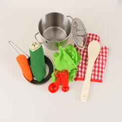 סט בישול לשף הצעיר המכיל סיר גדול עם מכסה, מחבת, ירק לבישול, כף וכפיות מדידה