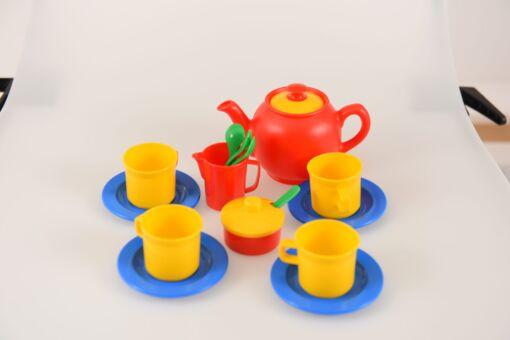 סט כלי תה פלסטיק המכיל קנקן גדול וקנקן קטן כוסות, צלחות, כפיות ומתקן לסוכר עם מכסה