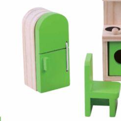 ריהוט מעץ מלא לבית בובות מטבח לבית בובות הכולל מטבח, מקרר, שולחן אוכל וכיסאות.